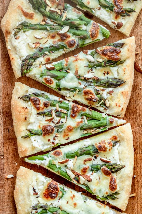 Biała pizza ze szparagami (7 składników)