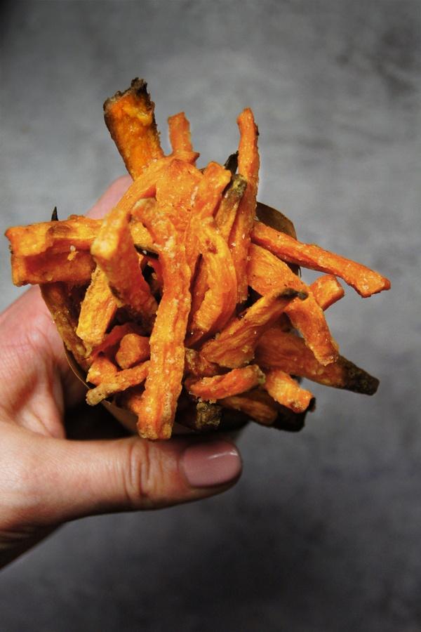 Chrupiące frytki z batatów - pieczone! (3 składniki)