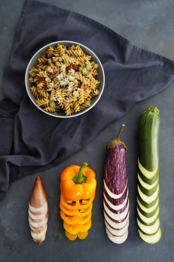 Makaron jednogarnkowy z duszonymi warzywami (7 składników)