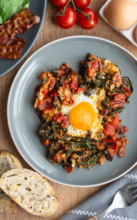 jajko w smażonych pomidorach (5 składników)