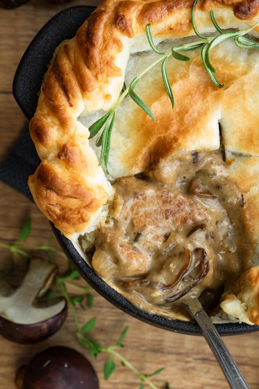 Kremowy gulasz grzybowy pod ciastem francuskim (6 składników)