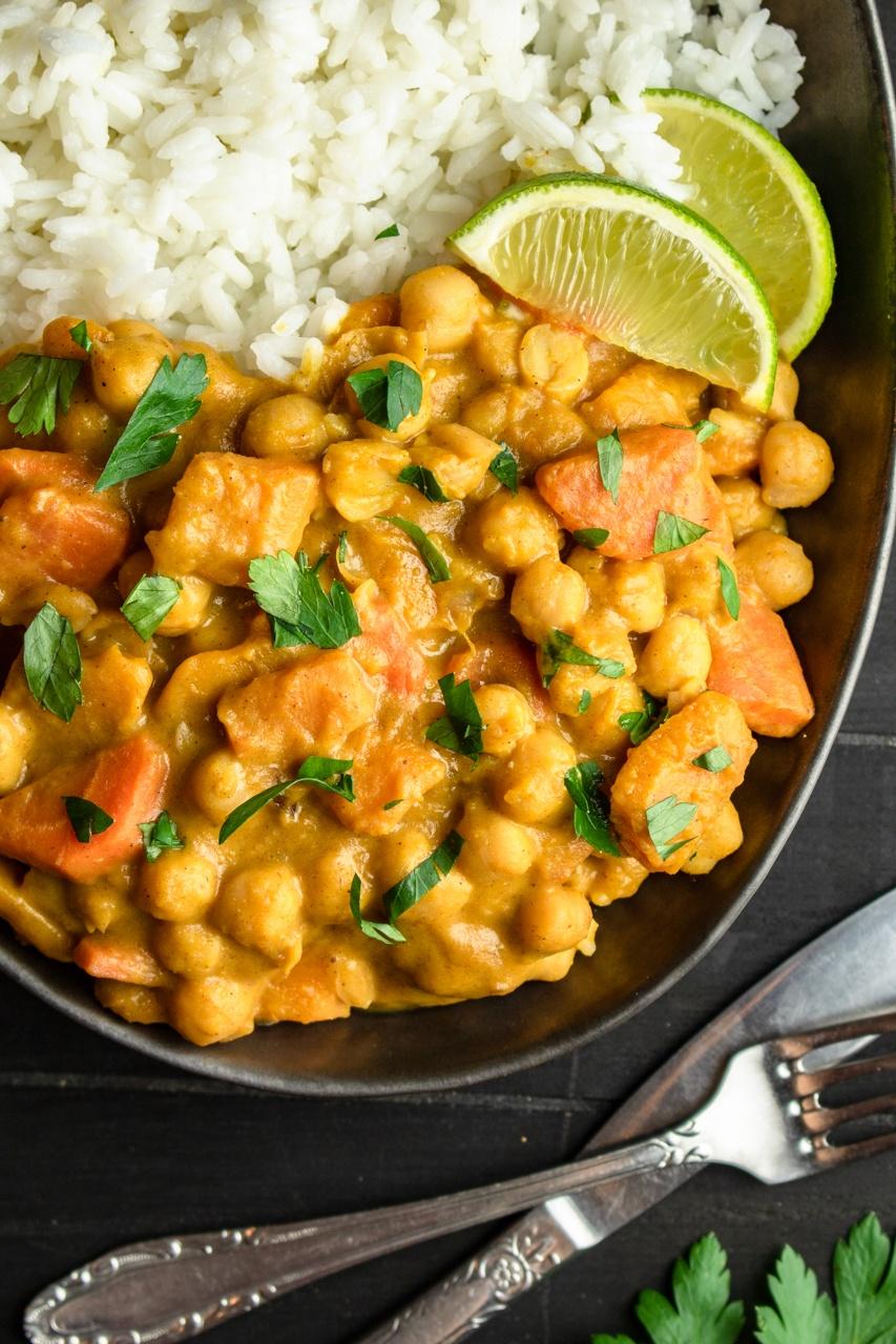 Pikantne curry z dynią i ciecierzycą (7 składników)