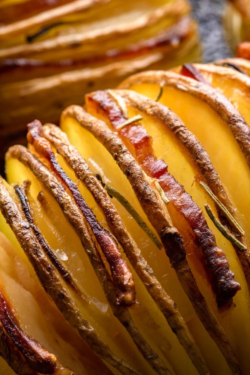 Ziemniaki hasselback z boczkiem i cebulą (5 składników)