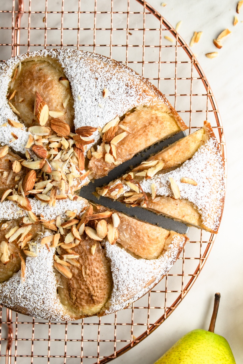 Włoskie ciasto migdałowe z gruszkami (7 składników)