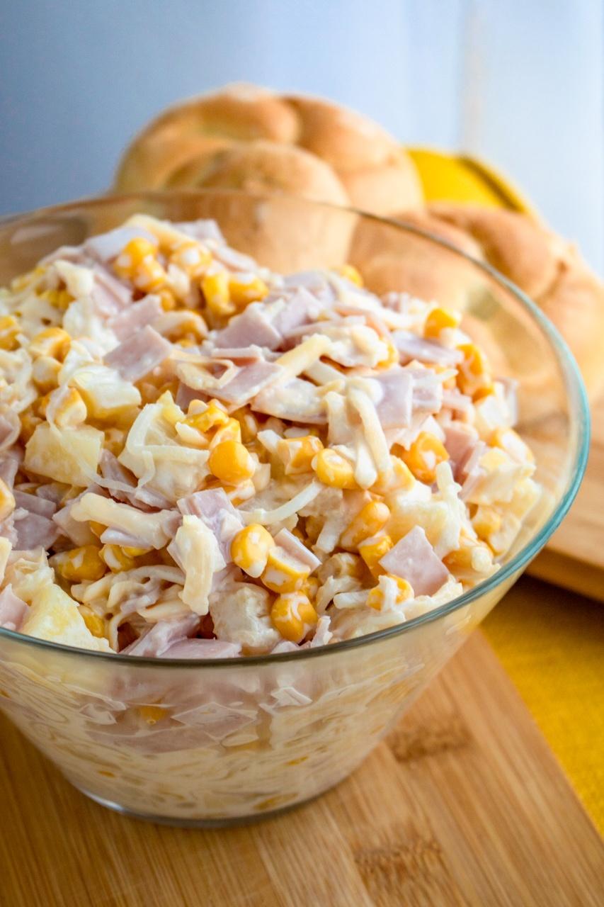 Sałatka selerowa z ananasem i kukurydzą (6 składników)