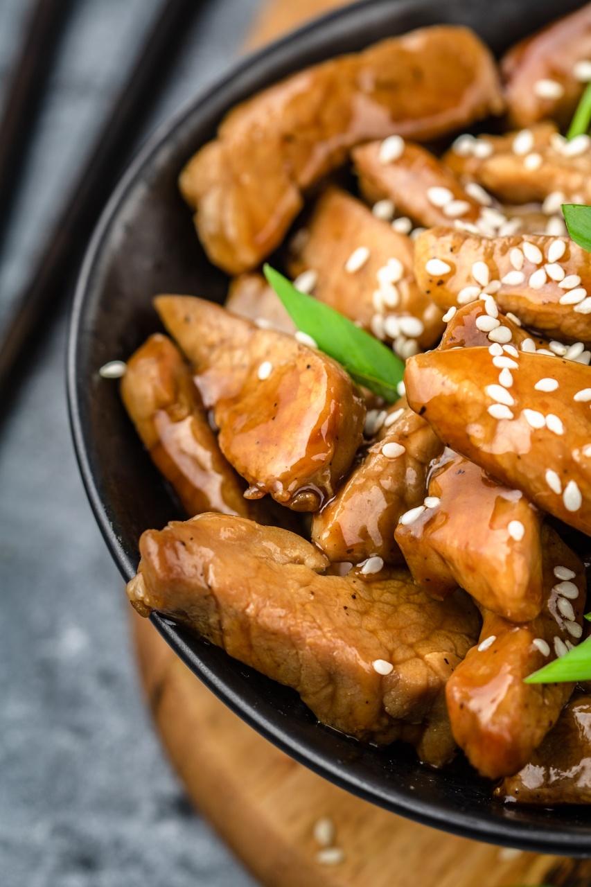 Pikantna wieprzowina w sosie sriracha (5 składników)