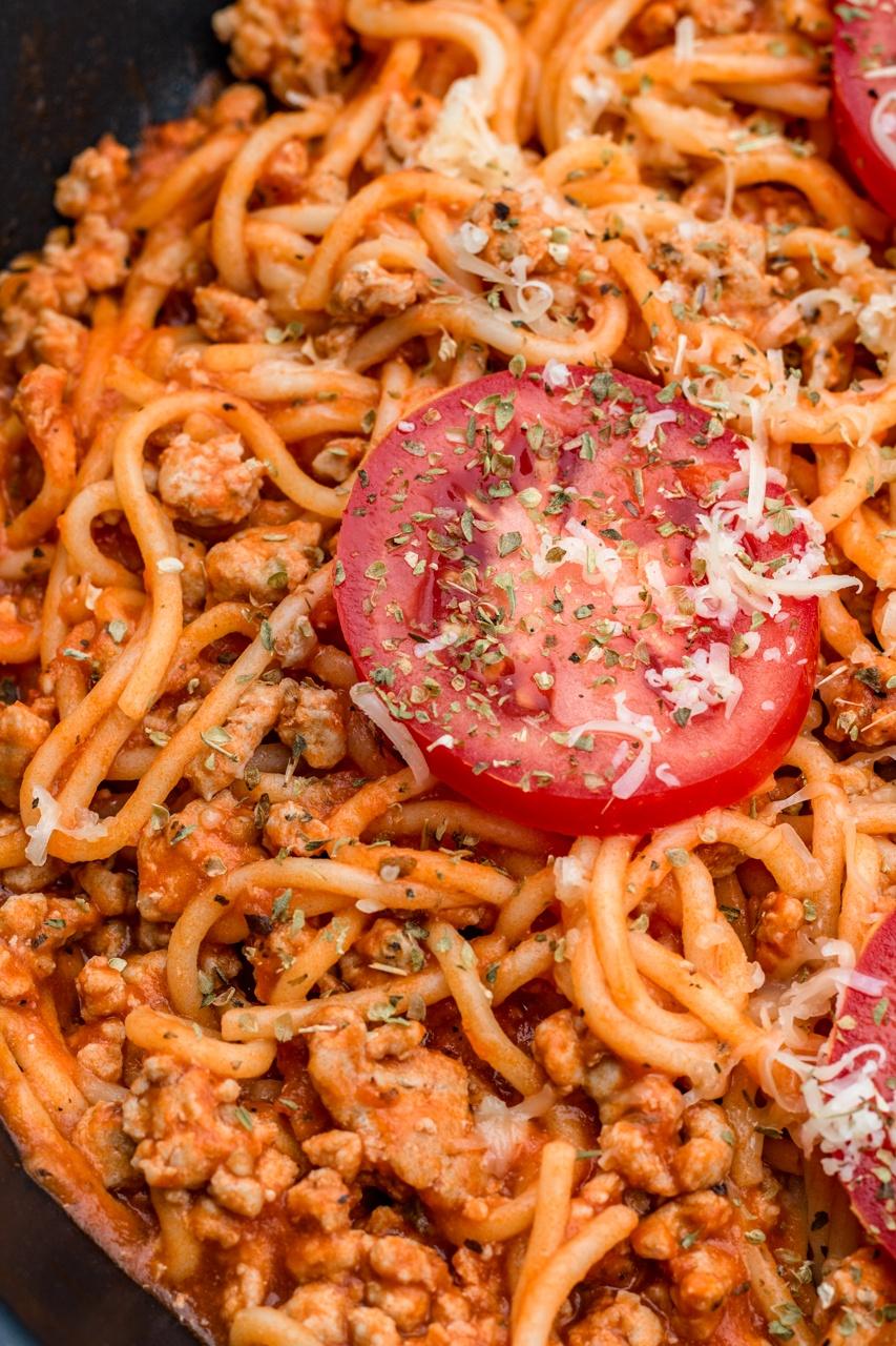 Spaghetti w sosie ze świeżych pomidorów (6 składników)