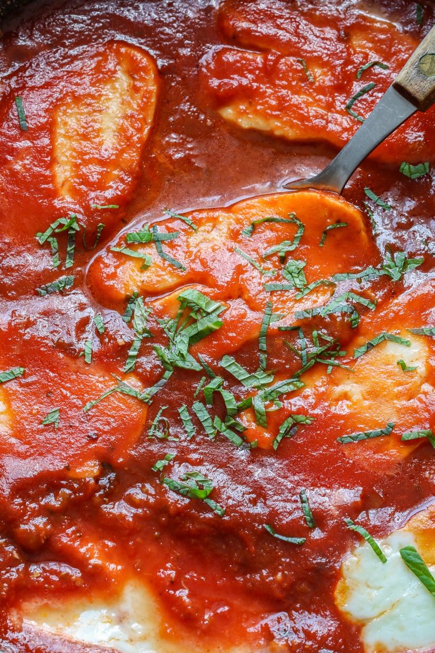 Halloumi w sosie pomidorowym (3 składniki)