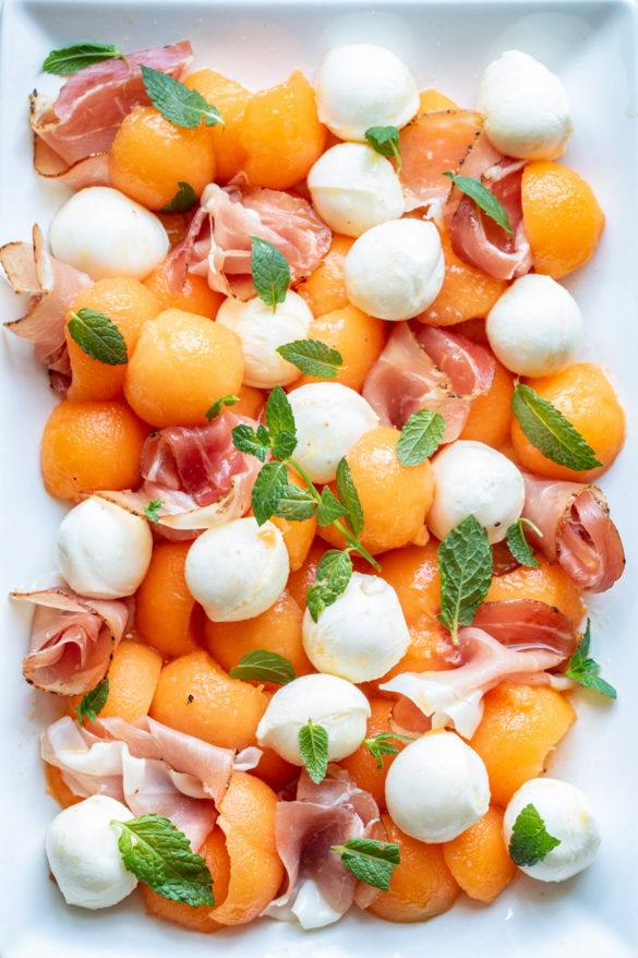 Letnia sałatka z melonem i prosciutto (6 składników)