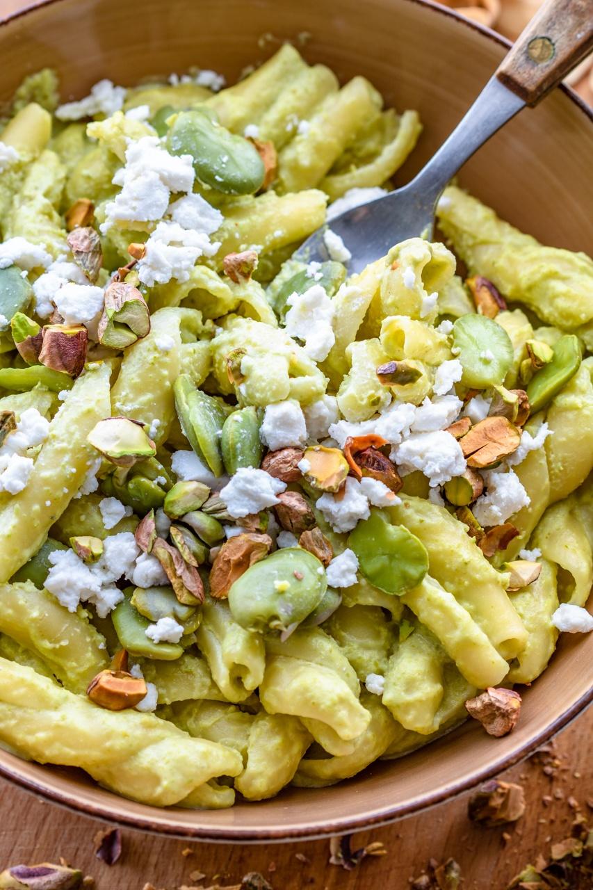 Makaron z bobem, kozim serem i pistacjami (6 składników)