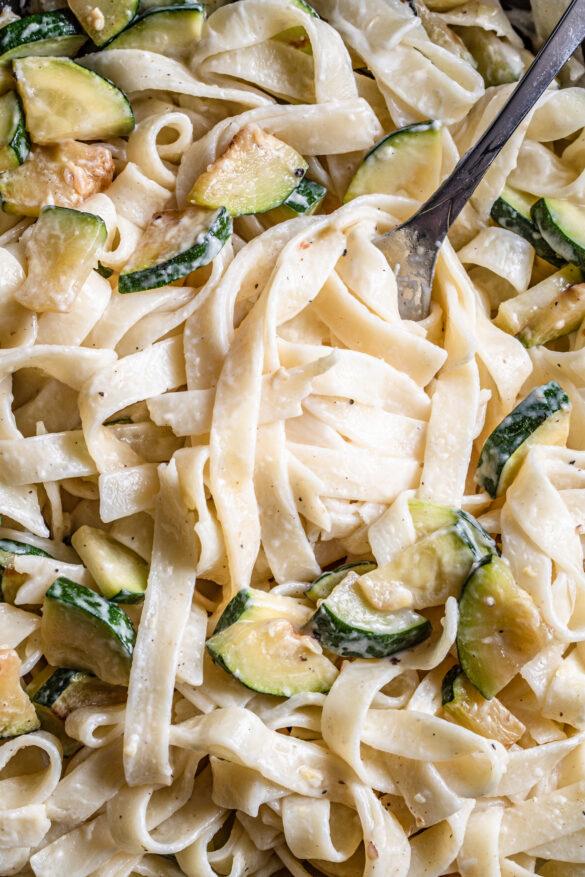 Kremowy makaron z mascarpone i cukinią (5 składników)